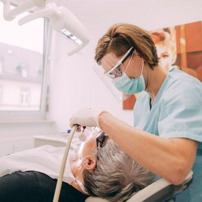 Bei Dr. Gerrit Thorn, Zahnarzt in Frankfurt, erhalten die Patienten eine hochwertige Zahnprophylaxe.