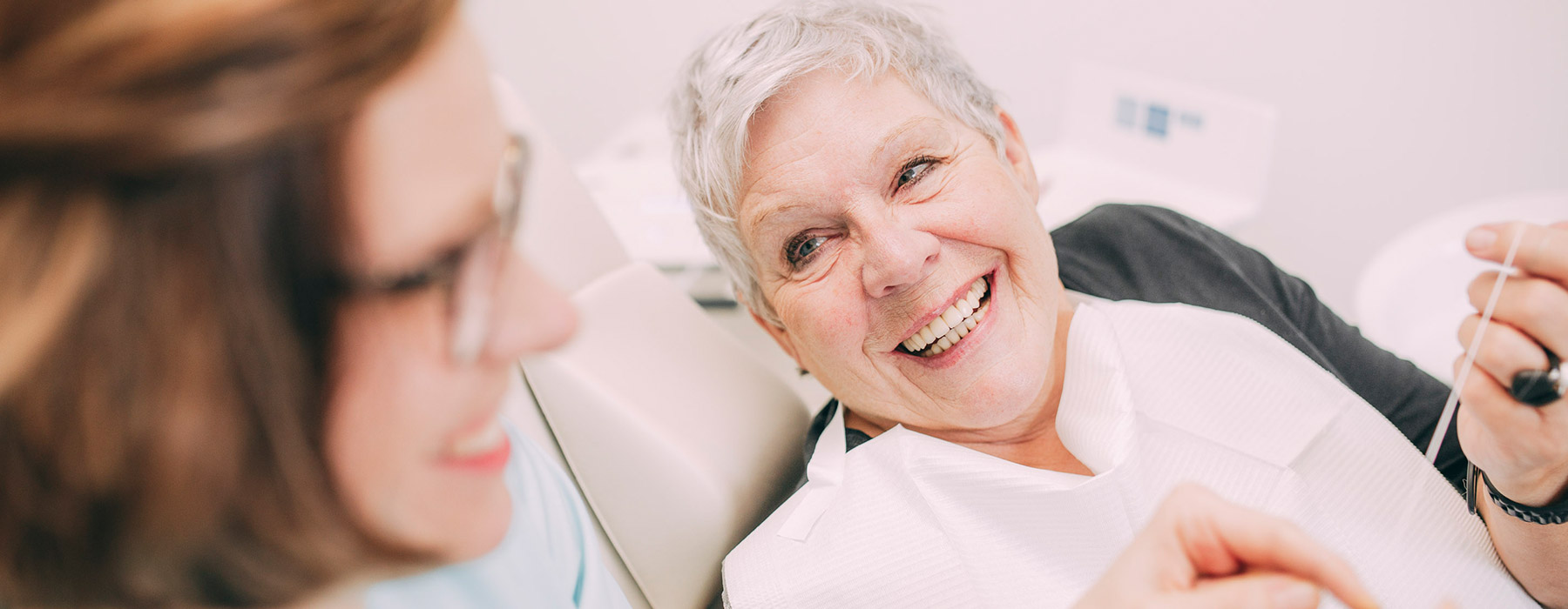 Frau fühlt sich als Angstpatientin beim Zahnarzt in Frankfurt gut aufgehoben.