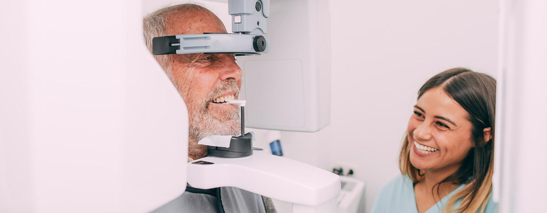 Digitales Röntgen mit dem DVT bei einem Mann in Frankfurt