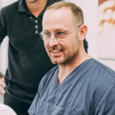 Dr. Thorn berät Patientin zu Gesundheitsmaßnahmen