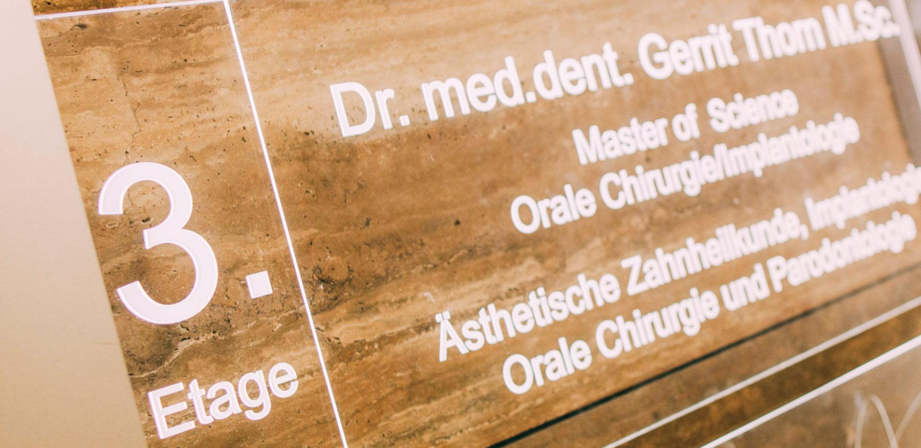 Eingangsschild der Zahnarztpraxis Dr. Thorn in Frankfurt
