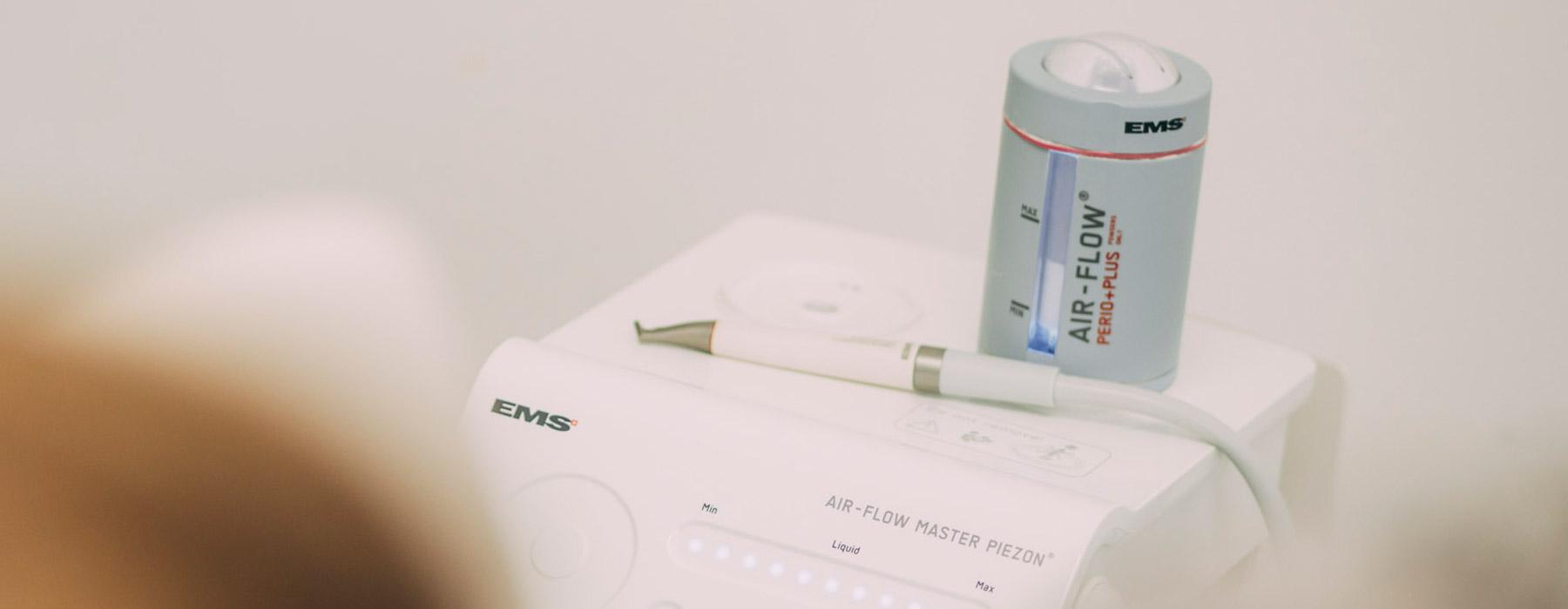 Gerät, mit dem die Zähne in Frankfurt besonders schonend professionell gereinigt werden
