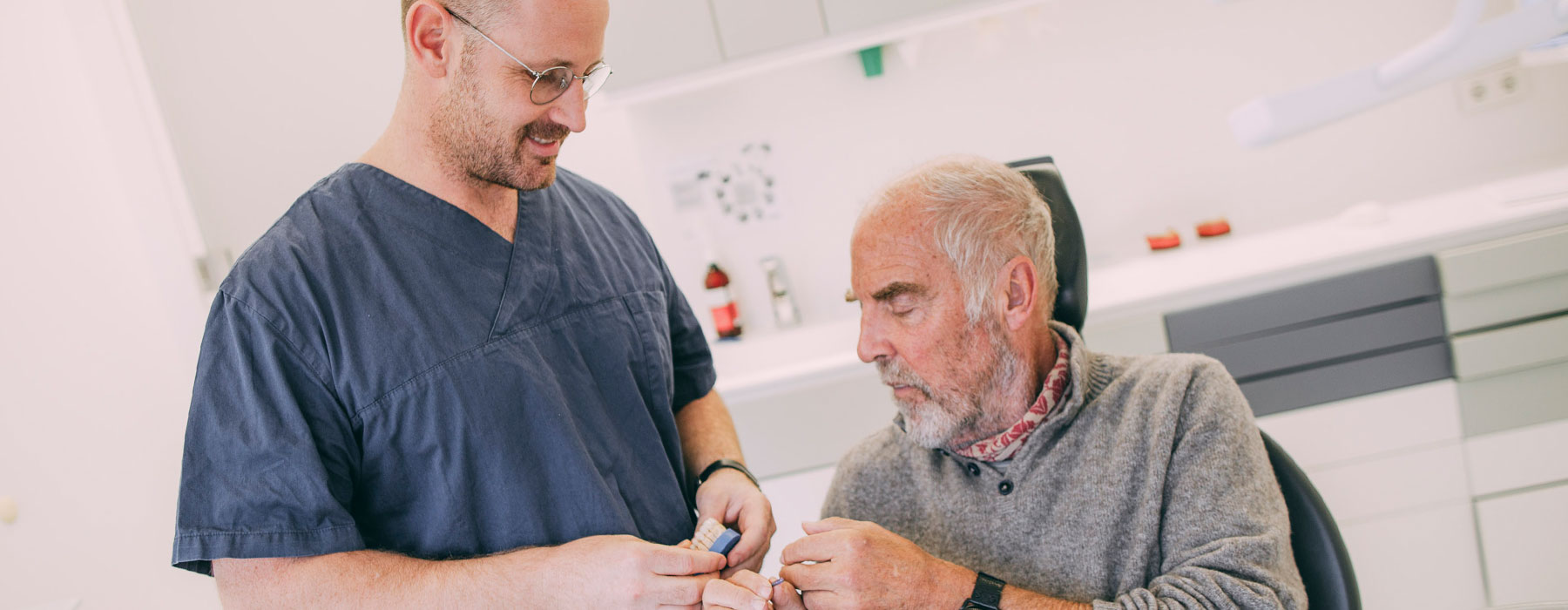 Mann erhält Infos zu festem Zahnersatz bei Dr. Thorn in Frankfurt