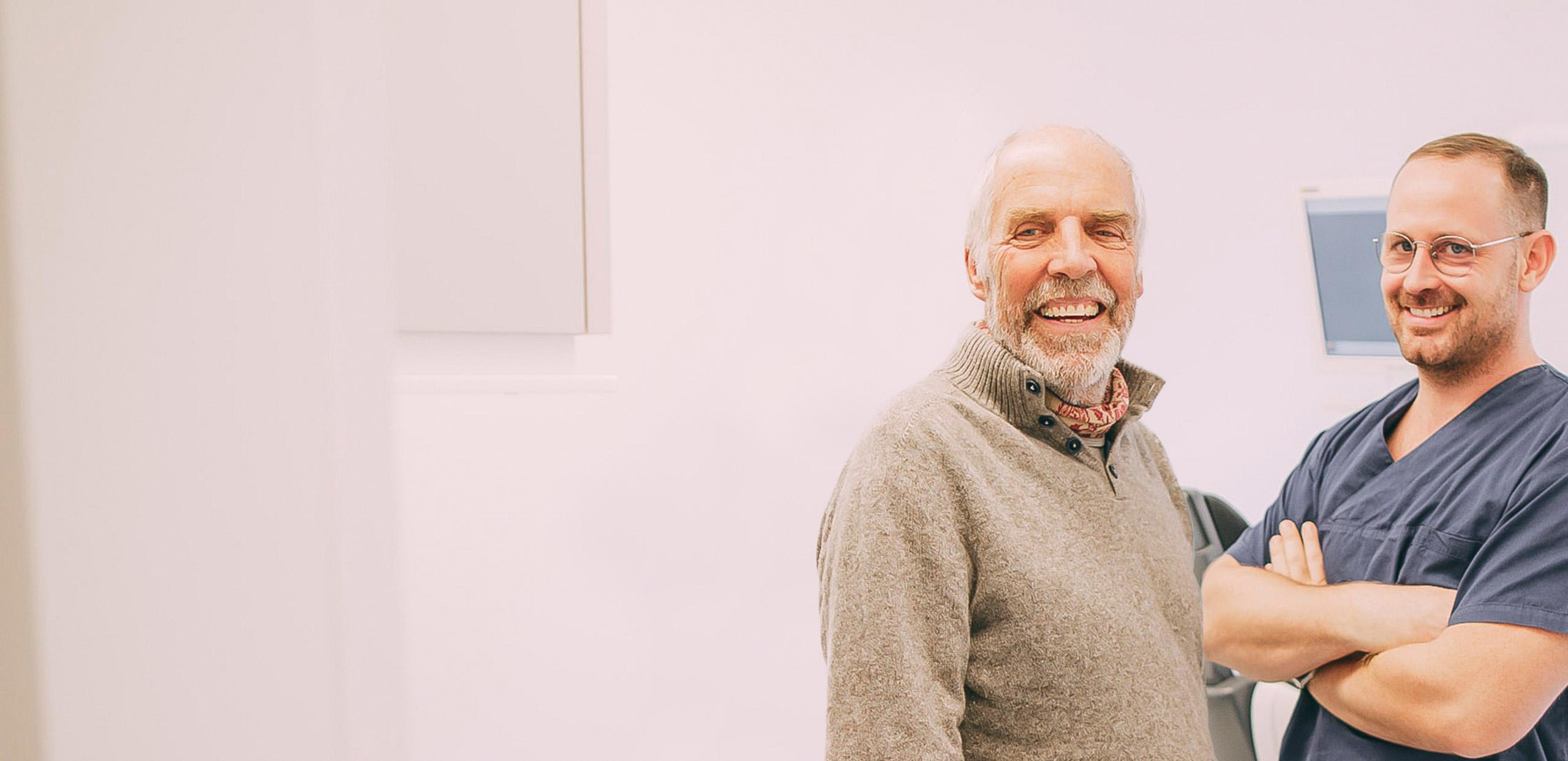 Mann lacht mit gesunden Zähnen beim Zahnarzt in Frankfurt